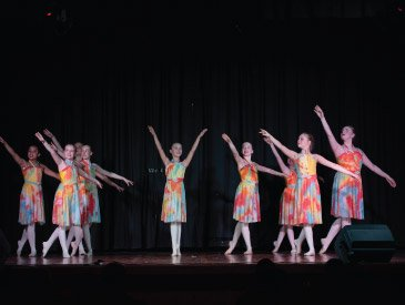 Ballerinas posing at the end of DE show
